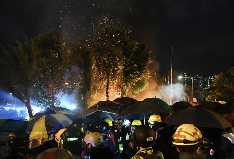 11月12日晚間,香港示威者與警方對峙,中大校園內多處雜物起火。香港中通社