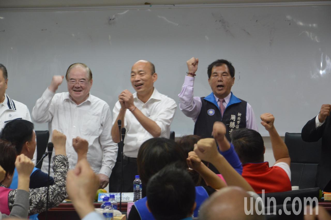 國民黨總統參選人韓國瑜到場,眾人高呼「韓國瑜凍蒜」。左為市黨部主委李乾龍,右為議...