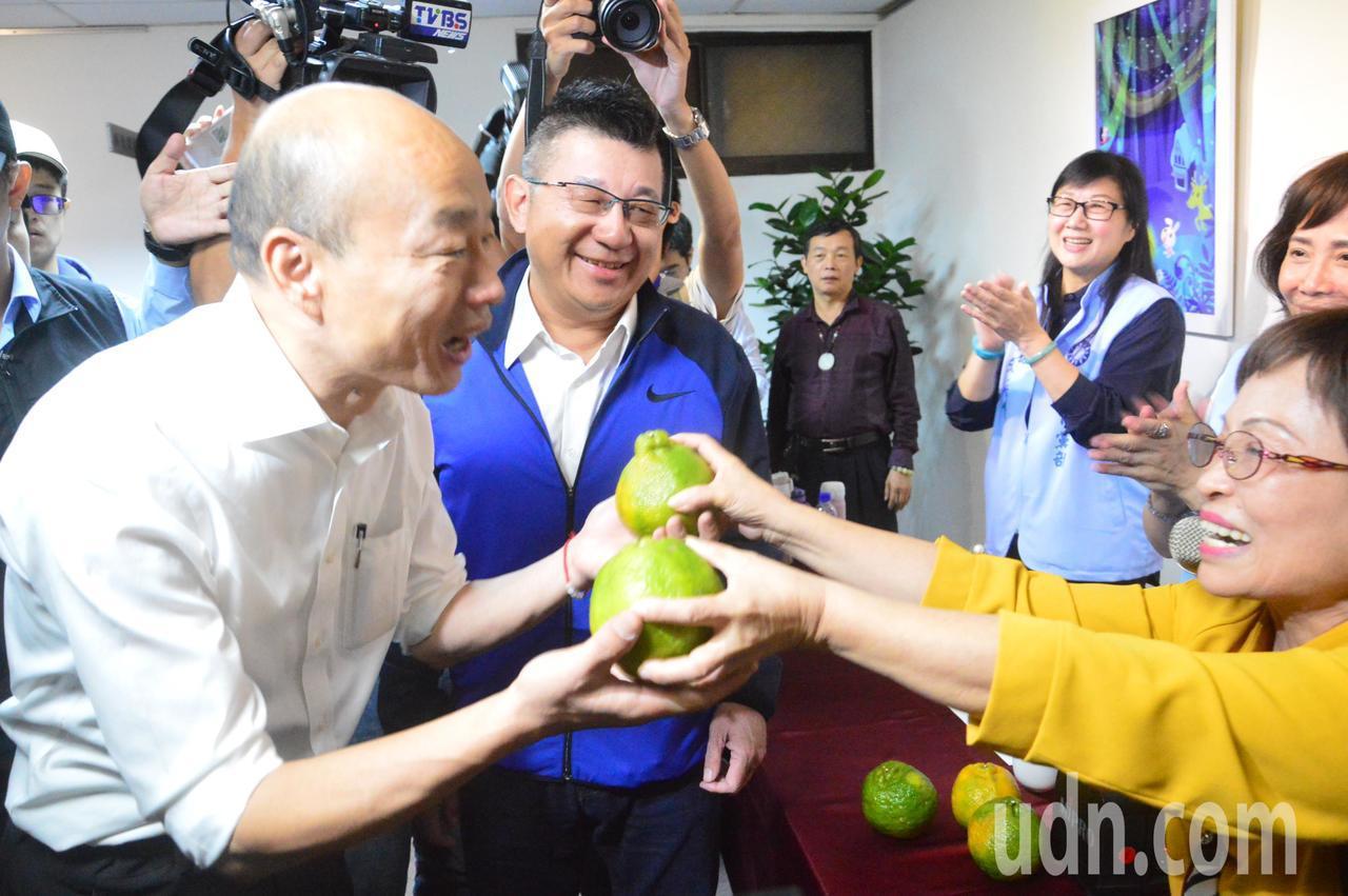 國民黨總統參選人韓國瑜走進議會,就有人送上橘子,祝他「大吉大利」。記者施鴻基/攝...