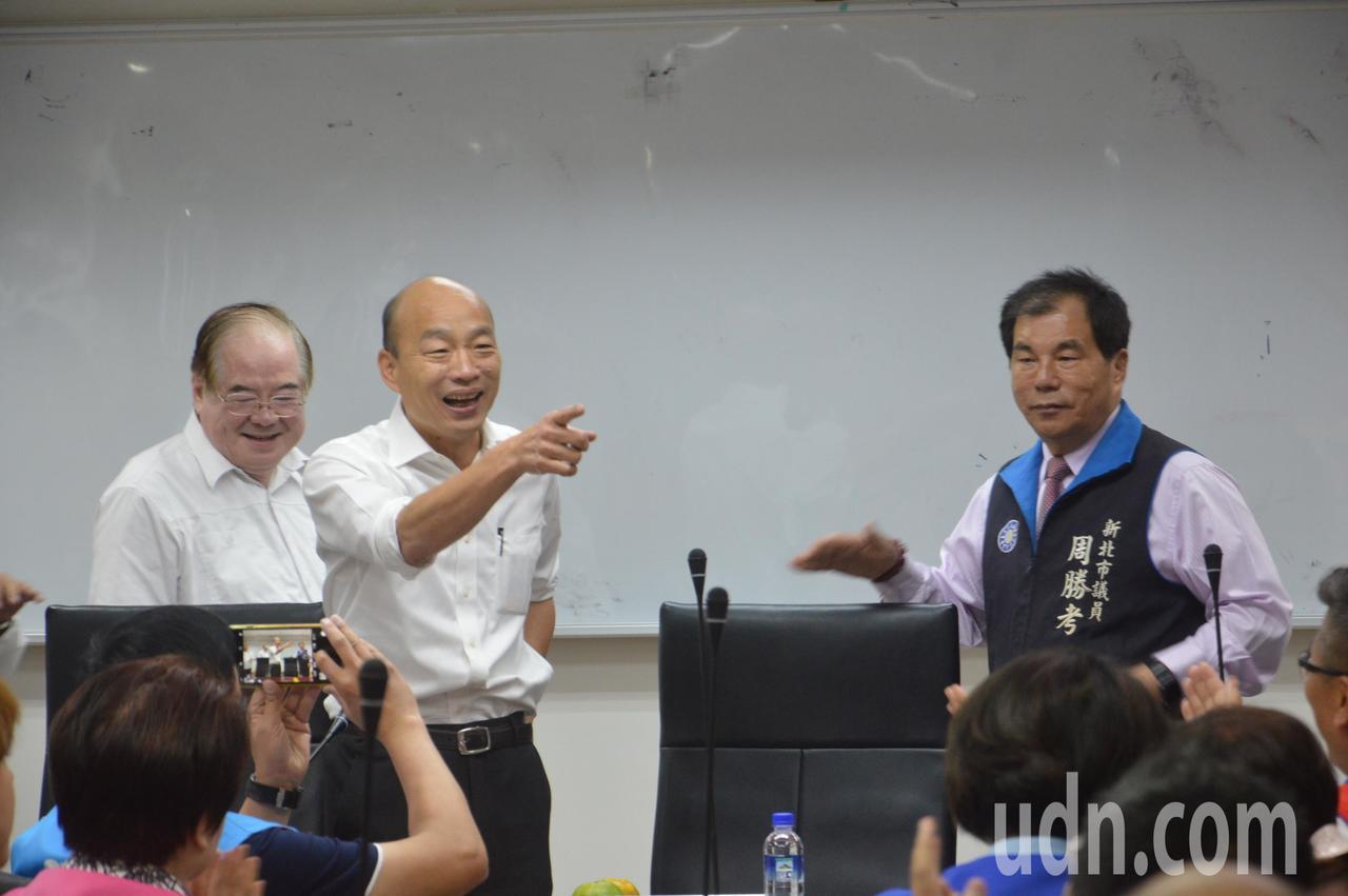 國民黨總統參選人韓國瑜走進議會,開始認故人。記者施鴻基/攝影