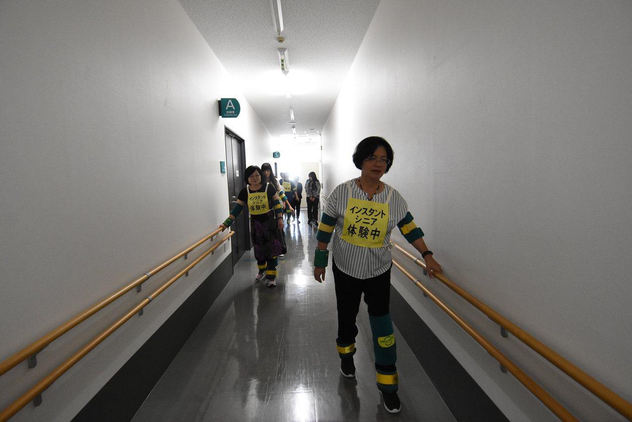 王惠美參訪日本國際衛浴第一品牌TOTO株式會社UD研究所,並體驗當有一天變老、身...