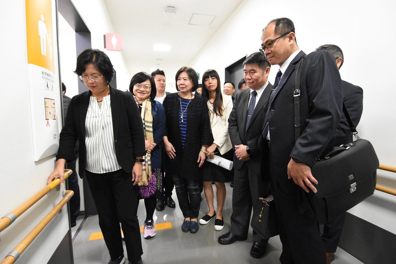 為借鏡日本長照經驗 ,王惠美參訪日本國際衛浴第一品牌TOTO株式會社UD研究所,...