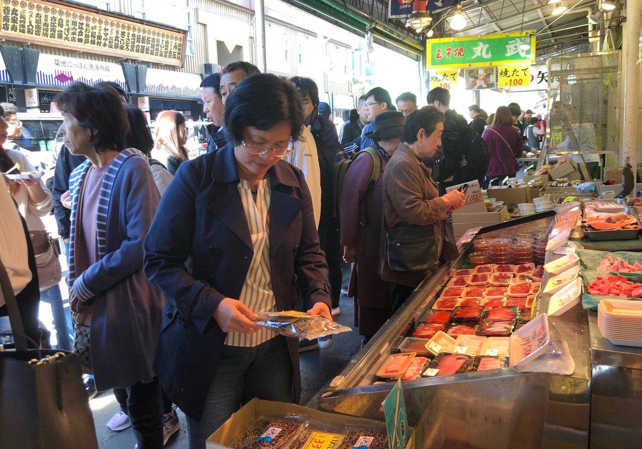 王惠美等人今天一早前往東京新舊市場參訪,實地採購,汲取經驗。照片/彰化縣政府提供