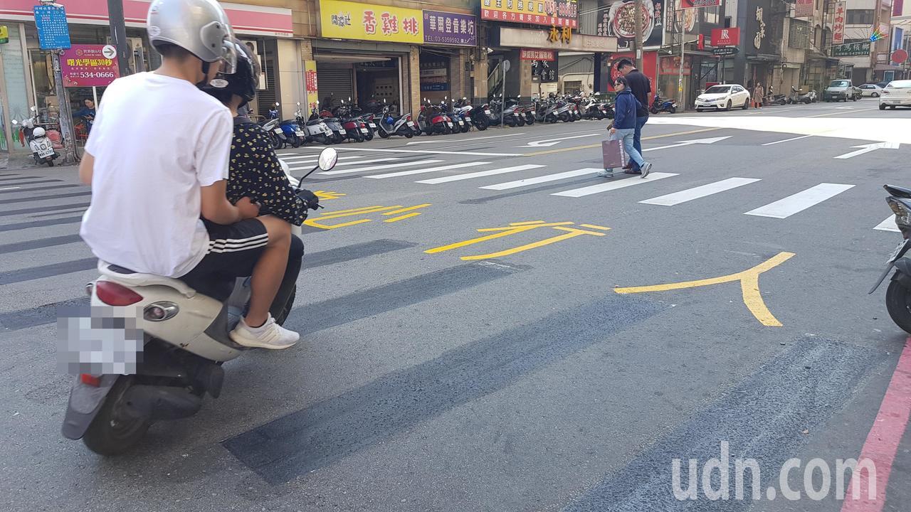 新竹市府將部分路口行穿線退縮,增加緩衝空間避免車輛轉彎時因視線死角及內輪差釀成事...