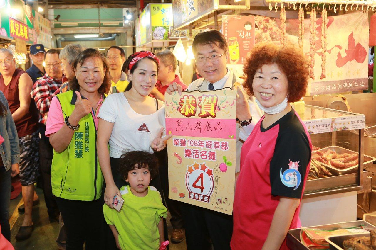 台南市長黃偉哲今天一大早到佳里市場尋訪美食。圖/市府提供