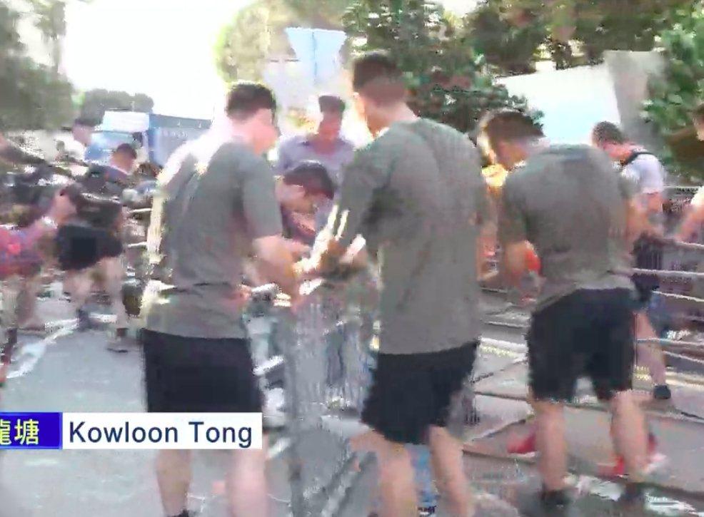中共解放軍駐港部隊周六下午步出軍營,協助清理路障引發關注。圖/星島日報