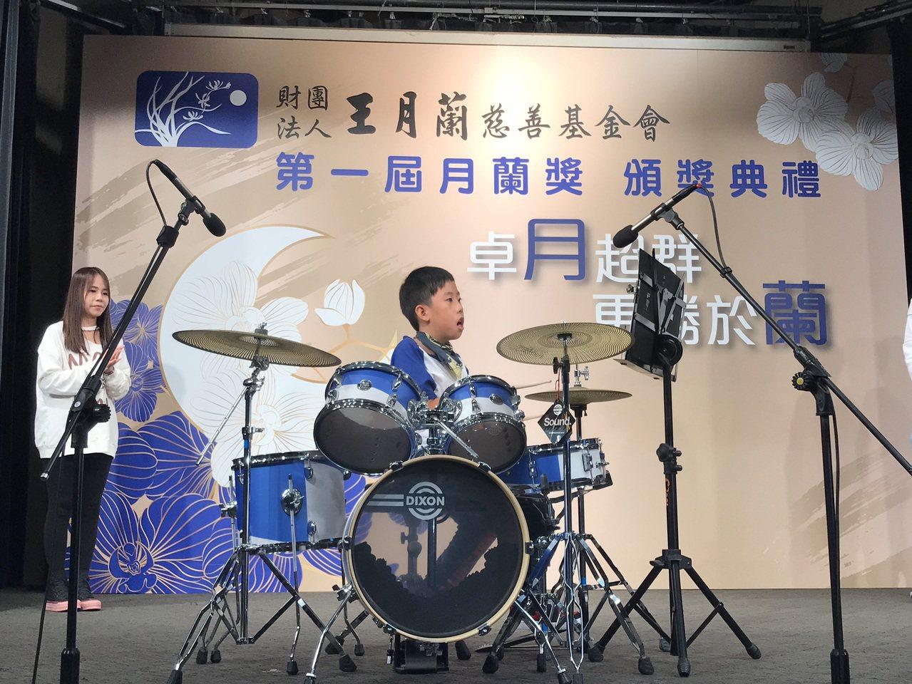 獲頒王月蘭慈善基金會月蘭獎的連敏哲,超越身體限制,今在典禮上打鼓,以鼓聲傳達永不...