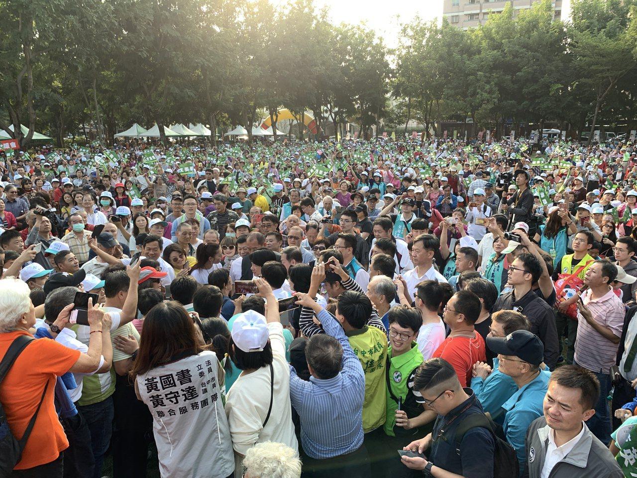 台中市第六選區民進黨爭取連任的立委黃國書,今天競選總部成立,並在崇倫公園辦大型音...