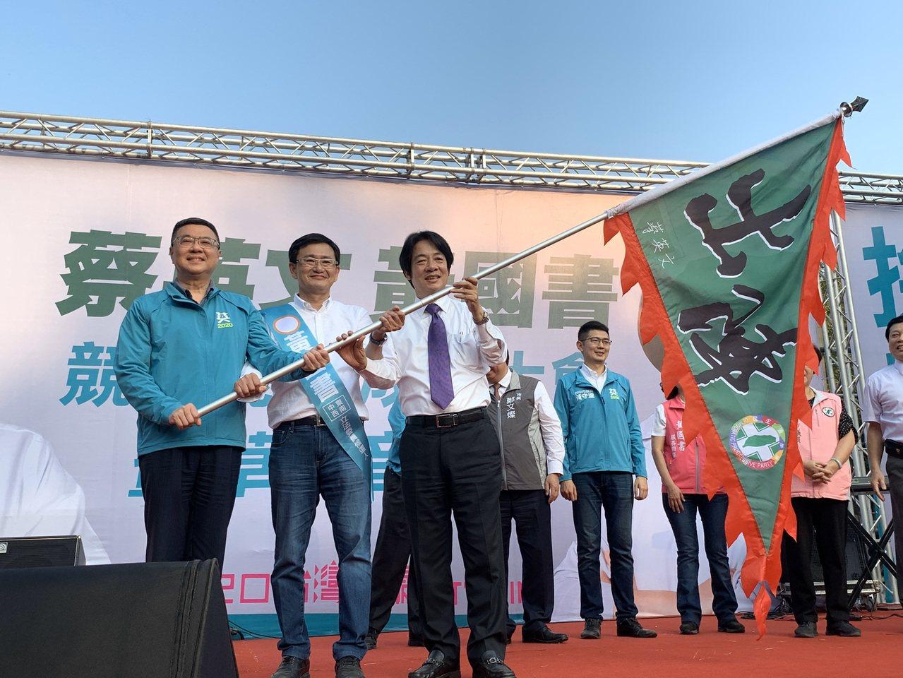 民進黨主席卓榮泰(左)、前行政院長賴清德(右)、到台中幫第六選區立委黃國書拼連任...