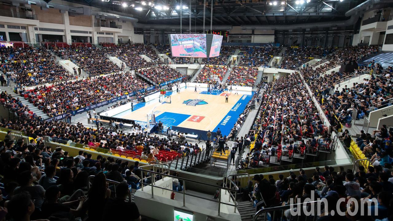 富邦勇士加入ABL後第一場主場開幕戰今天下午在和平籃球館迎戰澳門黑熊,吸引滿場球...