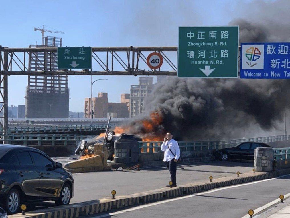 轎車擦撞翻覆瞬間起火,副駕駛座女子來不及逃出燒成焦屍。記者巫鴻瑋/翻攝