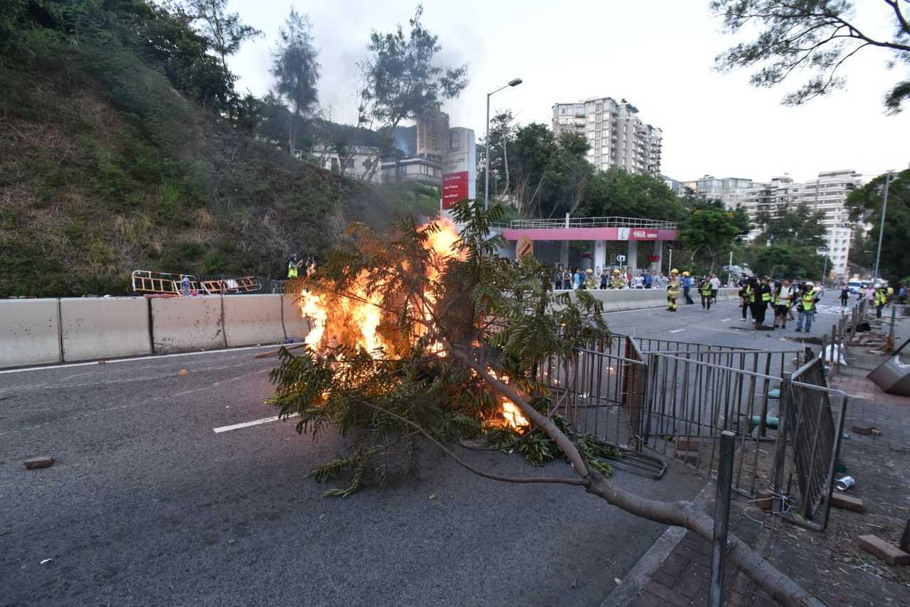 香港大學外道路遭黑衣示威者阻路並持汽油彈縱火。圖取自星島網