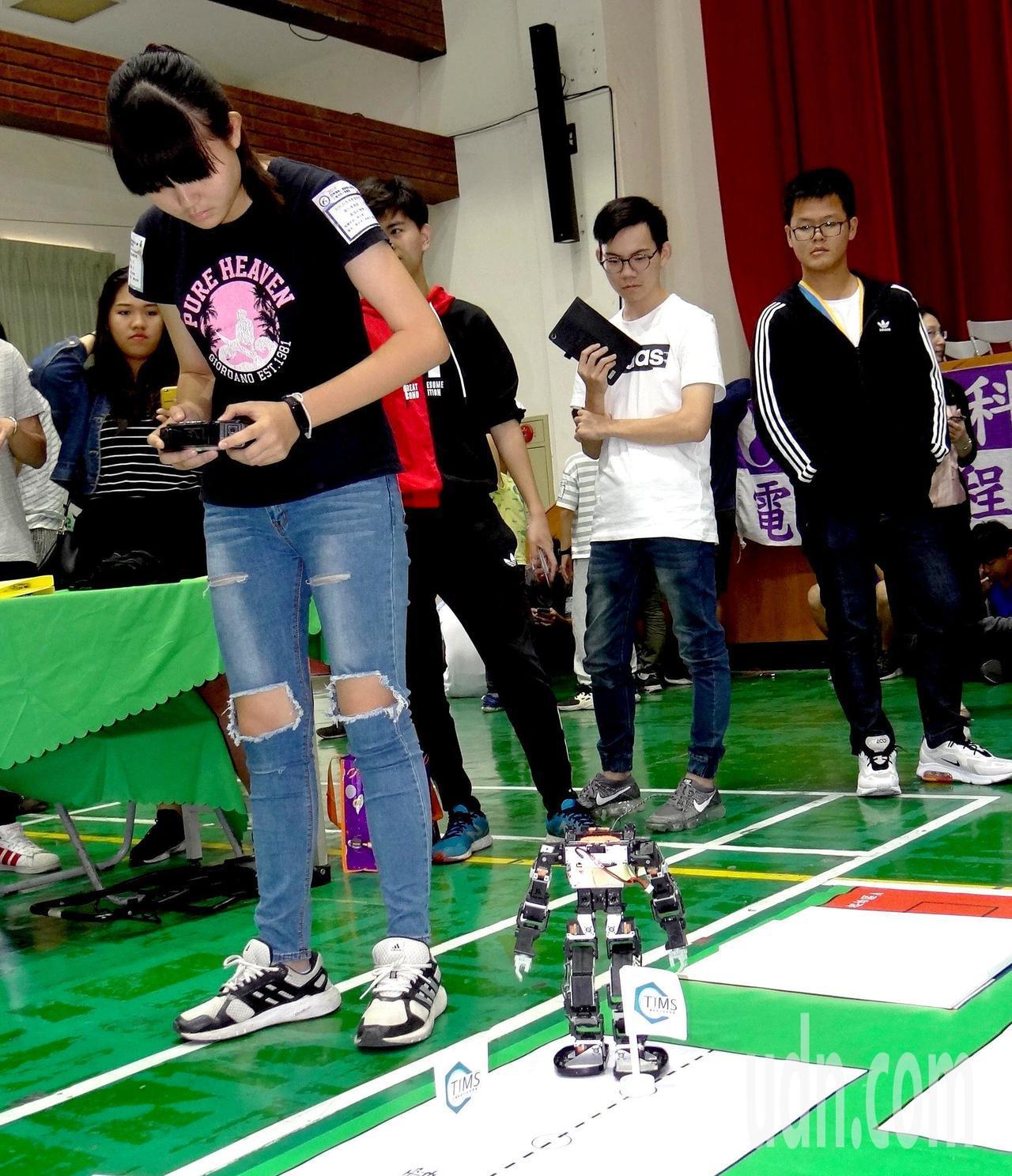 2019亞洲機器人運動競技大賽,各地選手聚精會神操控機器人。記者王昭月/攝影