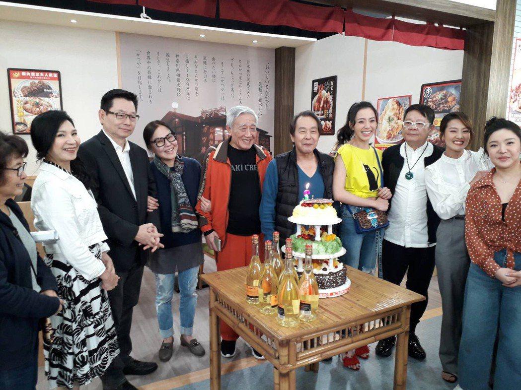 張魁(中)在棚內過生日,小百合周月綺(左起)、媒體棧總經理吳健強、楊珮琪(魁嫂)