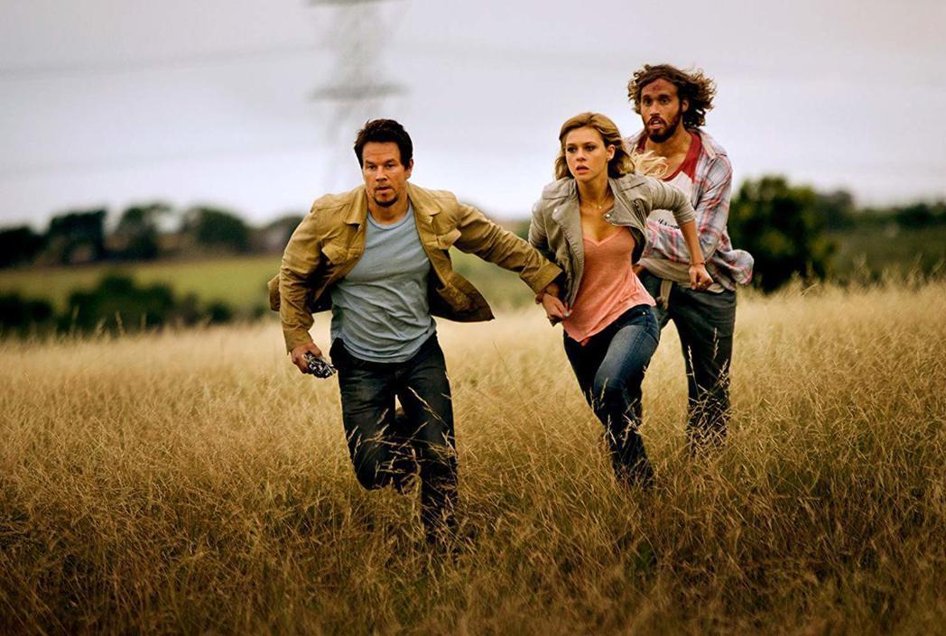 妮可拉佩茲(中)在「變形金剛4」扮演男主角馬克華柏格(左)的女兒。圖/摘自imd...