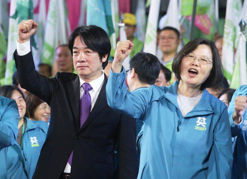 民進黨總統參選人蔡英文(右)與賴清德(左)在高雄舉辦大造勢,現場湧入十萬人場面熱烈。記者劉學聖/攝影