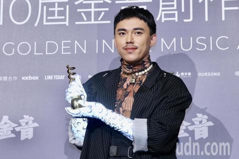 第十屆金音創作獎頒獎典禮在國父紀念館舉行,最佳另類流行專輯獎由HUSH《換句話說》獲獎。