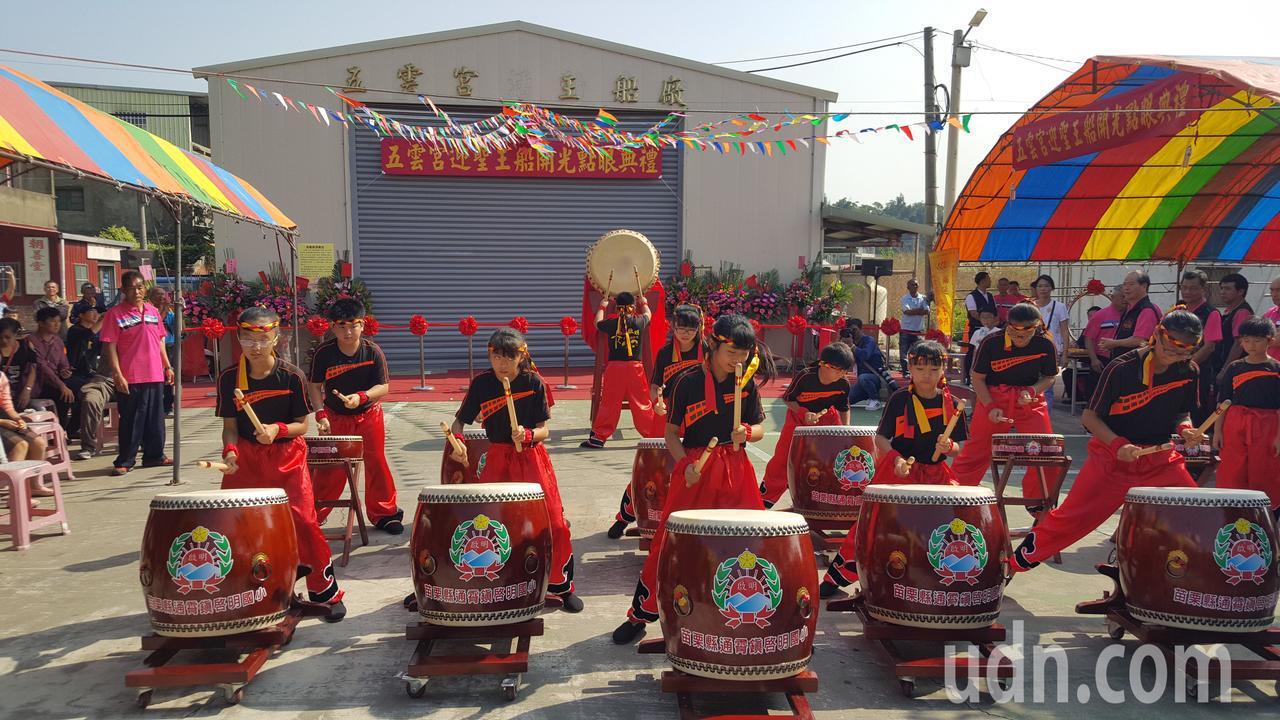 啟明國小鼓陣為王船開光點眼活動增添熱鬧氣氛。記者胡蓬生/攝影