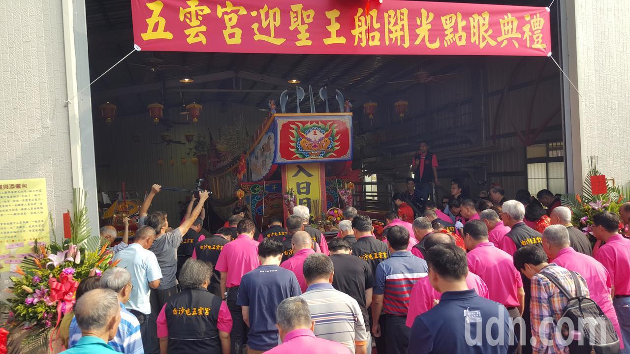 王船開光現身船廠,信眾敬拜。記者胡蓬生/攝影