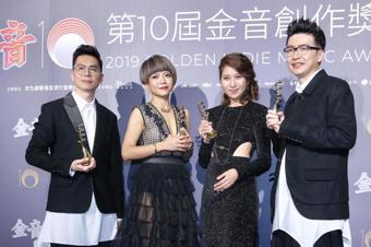 第十屆金音創作獎頒獎典禮在國父紀念館舉行,最佳跨界或世界音樂單曲獎由春麵樂隊《我...