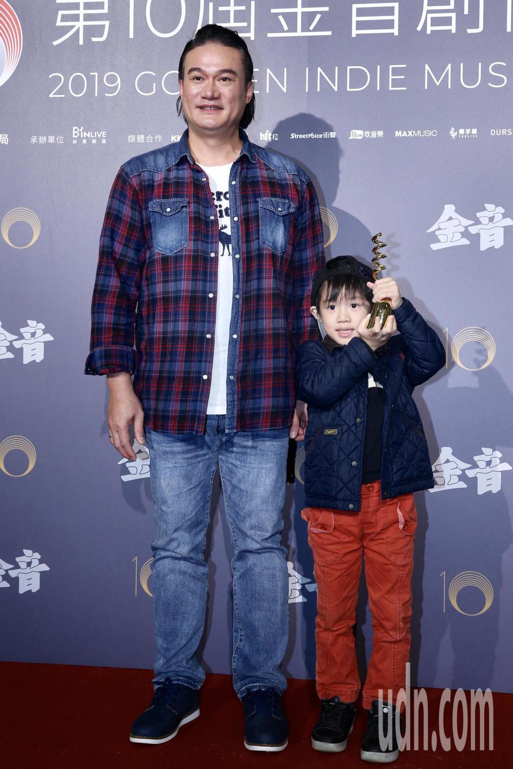第十屆金音創作獎頒獎典禮在國父紀念館舉行,最佳跨界或世界音樂專輯獎由查勞・巴西瓦