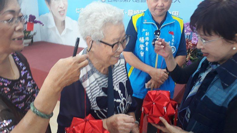 支持者自製粽子香包,送給洪秀柱祝她高票當選。記者周宗禎/攝影