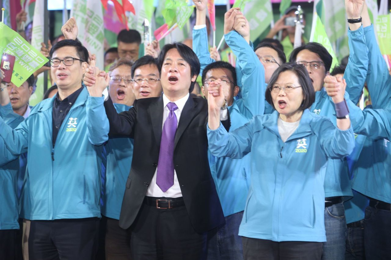 蔡英文與賴清德舉手回應群眾,將氣氛帶向最高潮,群眾大喊:「小英,凍蒜!」記者劉學...