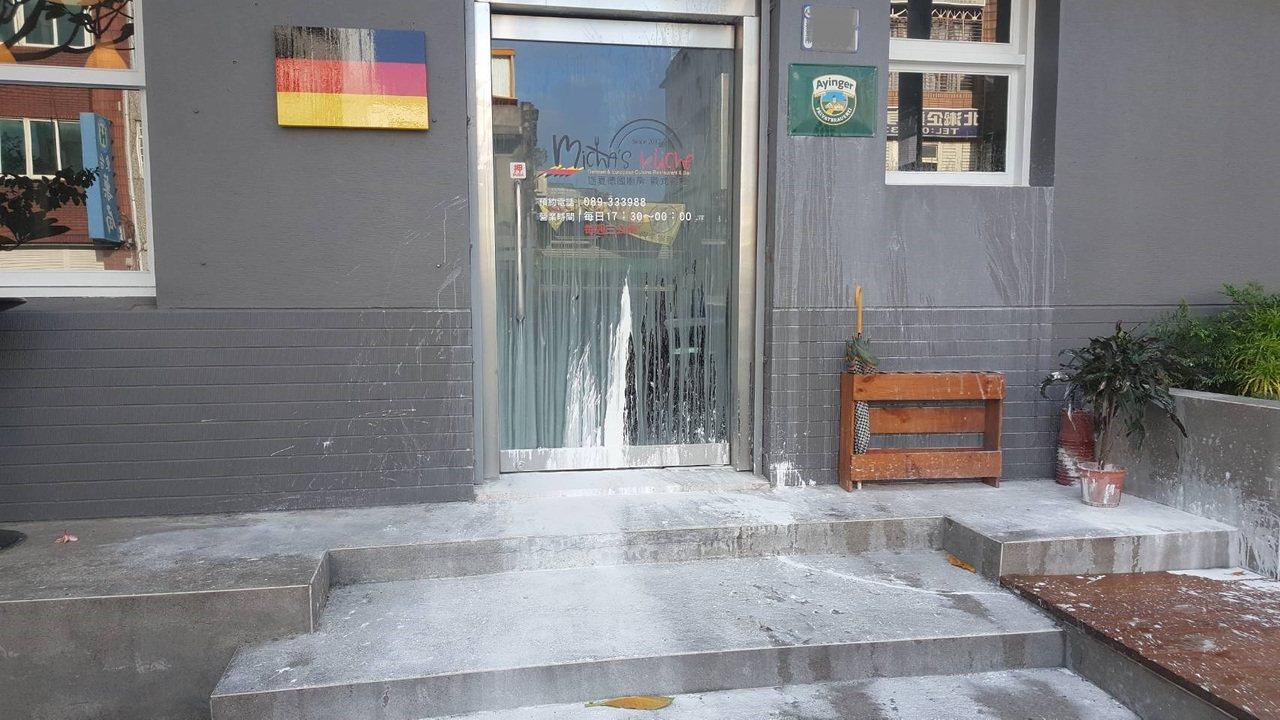 台東市中正路上1家德國餐廳,店門口今天下午遭人潑漆,警方調查原來涉案潑漆男子搞錯...