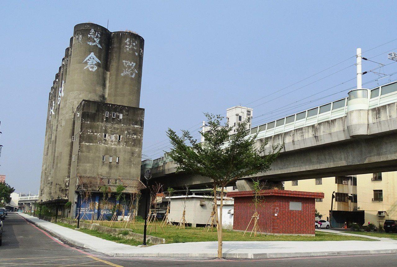 彰化縣政府和員林市公所攜手綠美化閒置多年的鐵路穀倉,縫合因鐵路高架化的市容景觀。...
