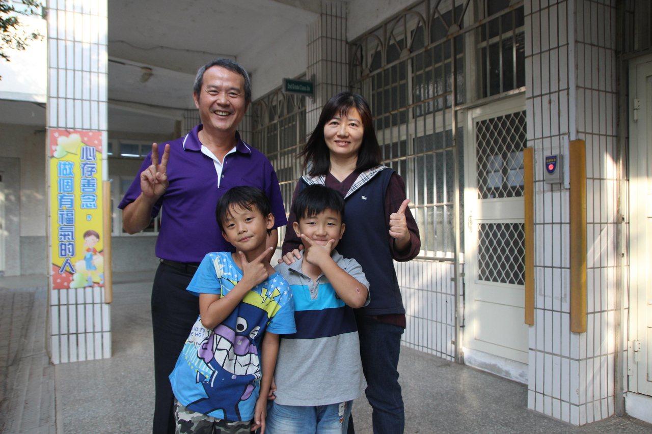 大城鄉頂庄國小今年新生只有2人,是全縣最少的學校,校長蔡東利(後排左)導師和2名...