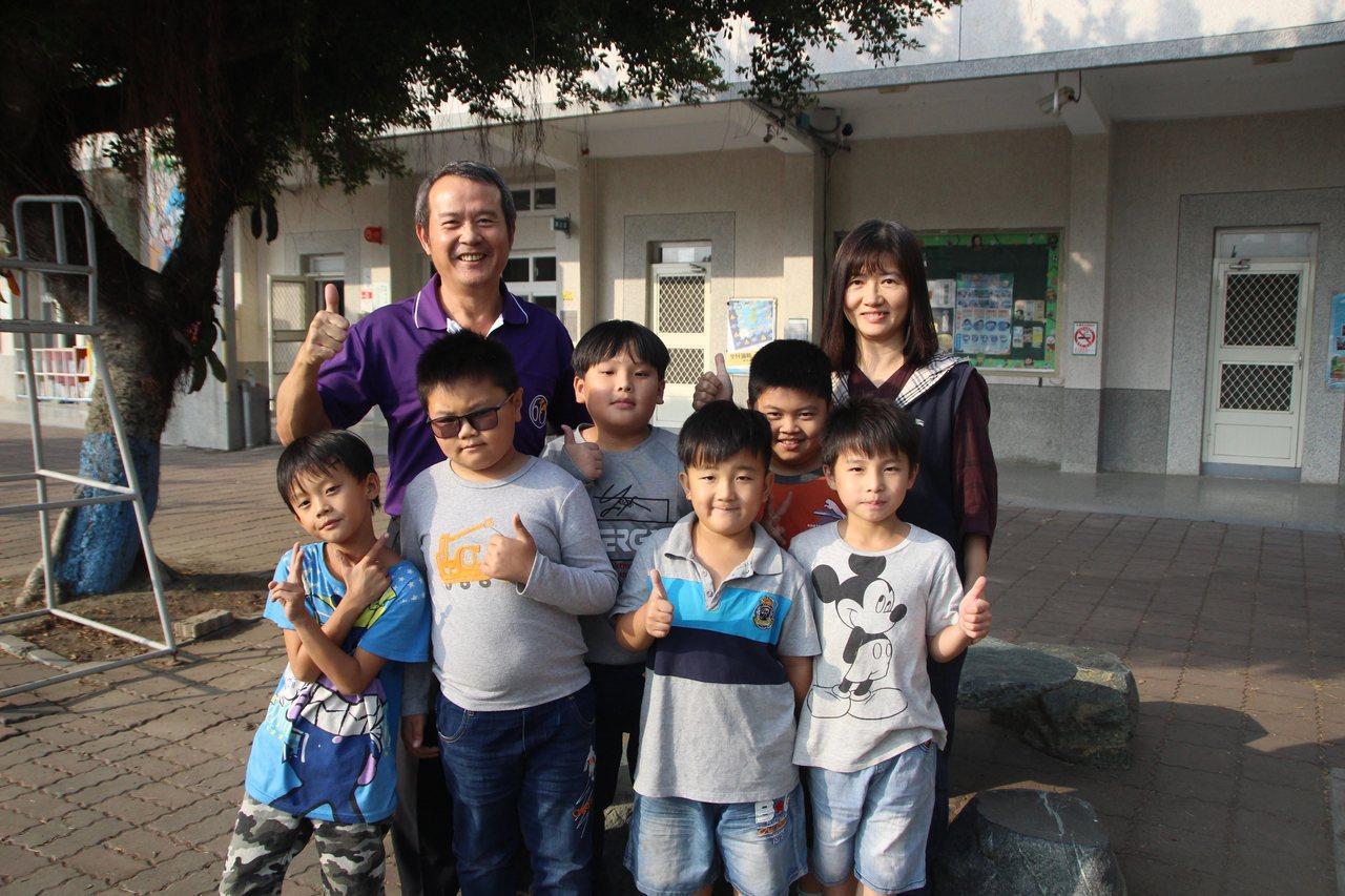 大城鄉頂庄國小低年級才6名學生,採混齡教學,一起上課後輔導。記者林敬家/攝影