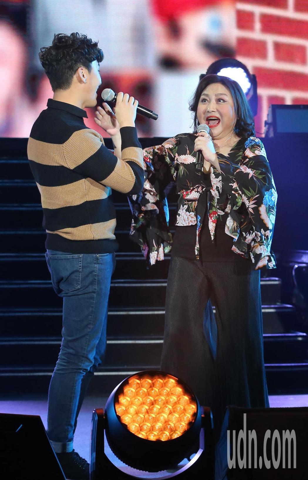 鄭怡(右)舉辦大型演唱會,她的兒子Randy(左)從加拿大秘密返台合唱,讓鄭怡相