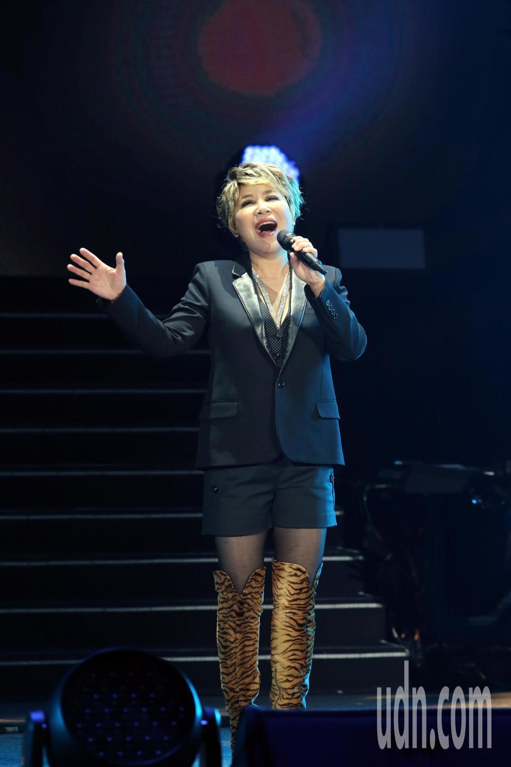 鄭怡晚間舉辦出道40年來首場大型演唱會,嘉賓黃小琥(圖)開場就說:鄭怡是唱氣氛的...