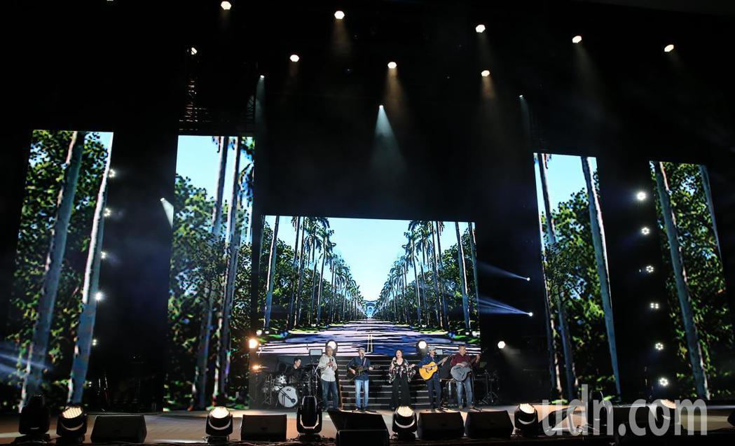 歌手鄭怡(中)晚間舉辦出道40年來首場大型演唱會,與民歌時期的木吉他一起合唱。記...