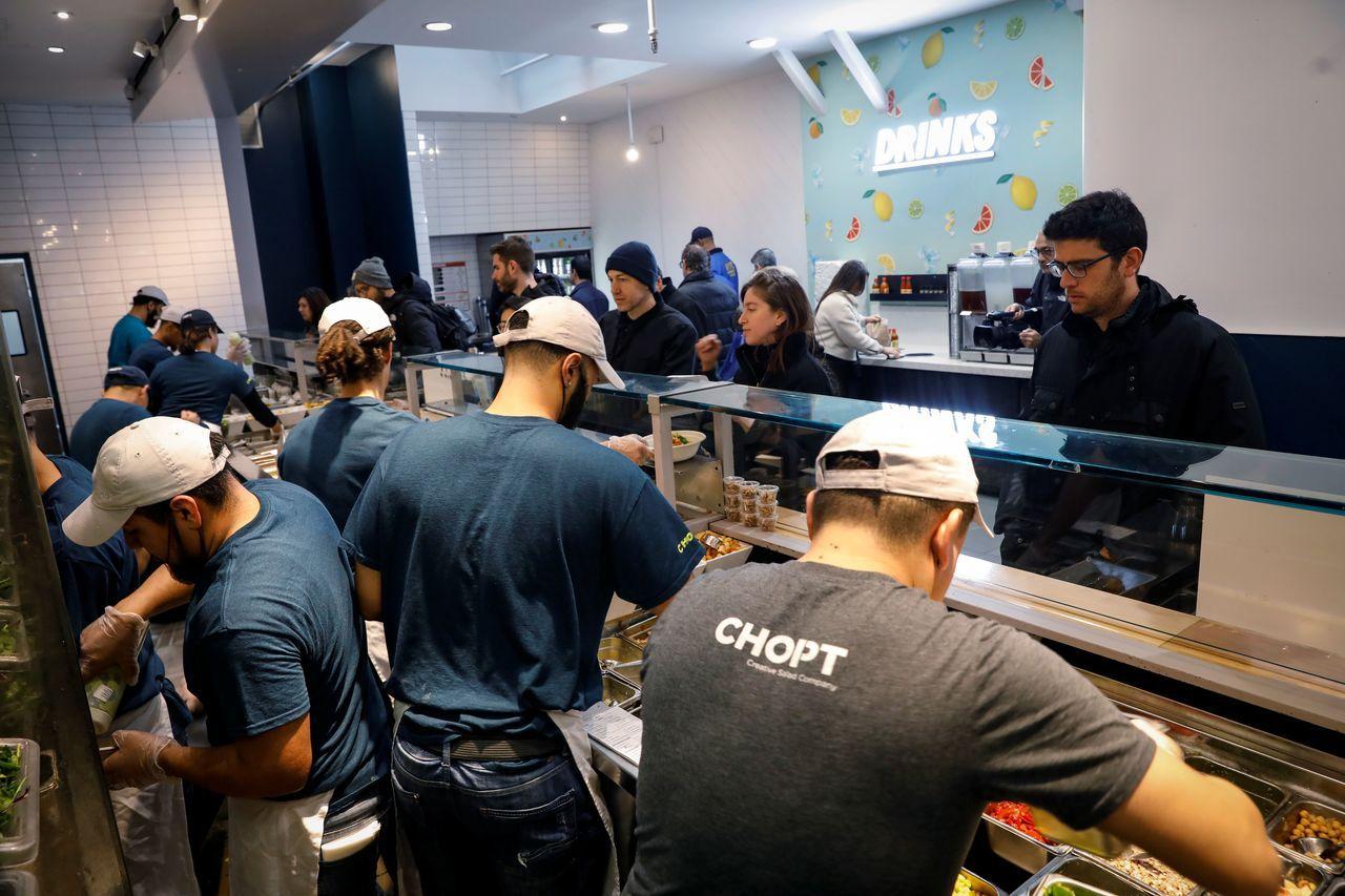 美國連鎖沙拉餐廳Chopt Creative Salad在紐約新設的據點沒擺桌椅...