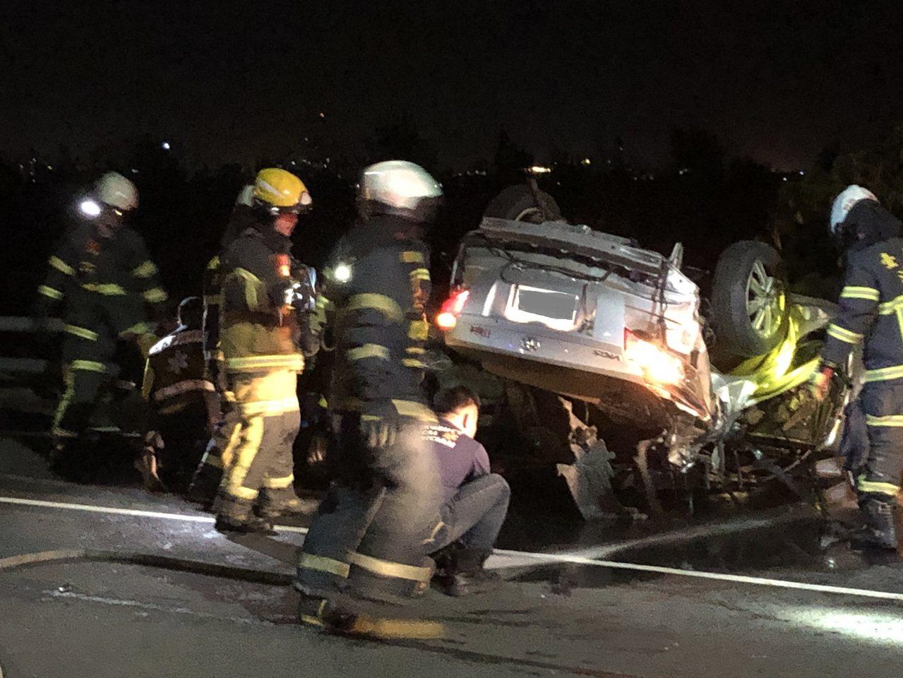 警消據報抵達事故現場動用破壞器材,將受困駕駛救出。圖/讀者提供