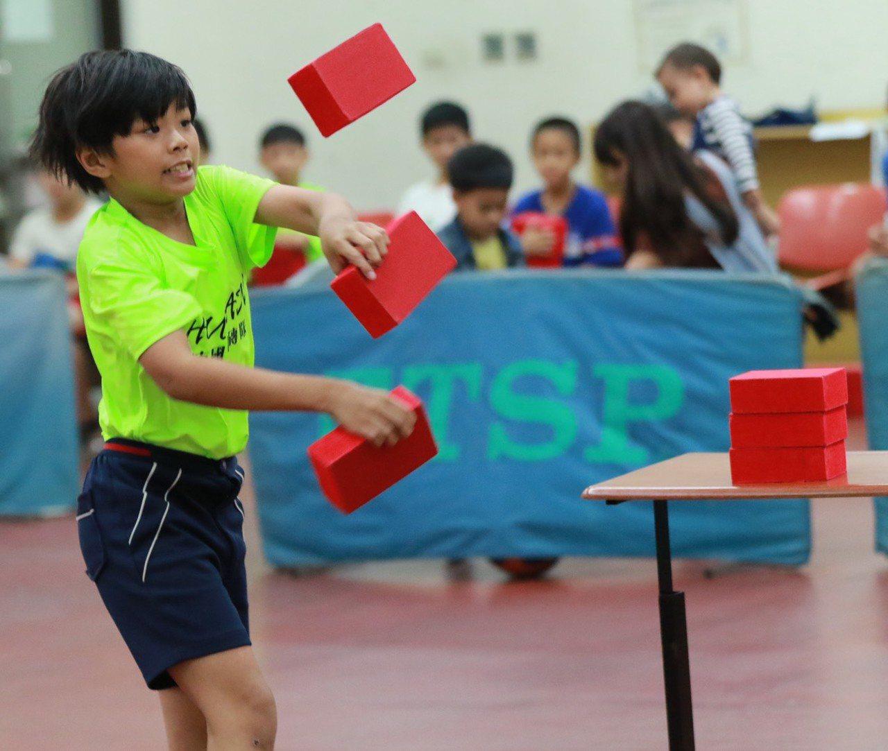 選手在砌磚神情專注展現個人最佳實力。圖/台南大學提供