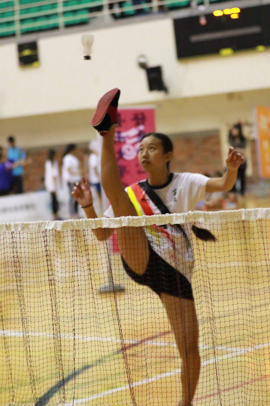 宜蘭縣順安國中二年級的黃茱鈺在踢毽個人對抗賽拿下三連霸。圖/台南大學提供