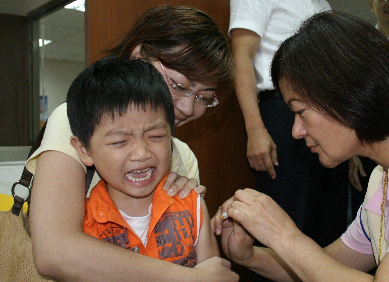 校園公費流感疫苗拒絕接種最大原因是家長怕孩子痛。圖╱本報資料照