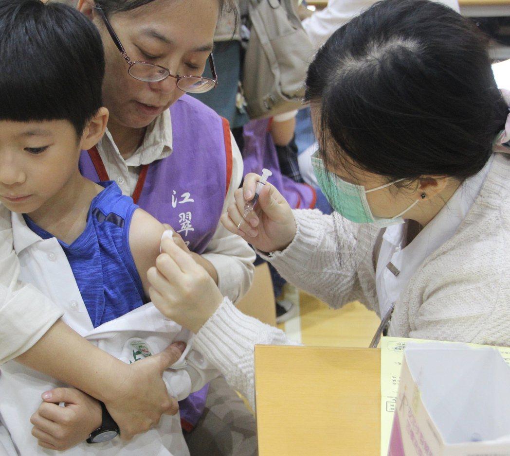 今年公費流感疫苗首度升級為四價,昨天正式開打,專家憂心今年校園接種率若未提升至八...