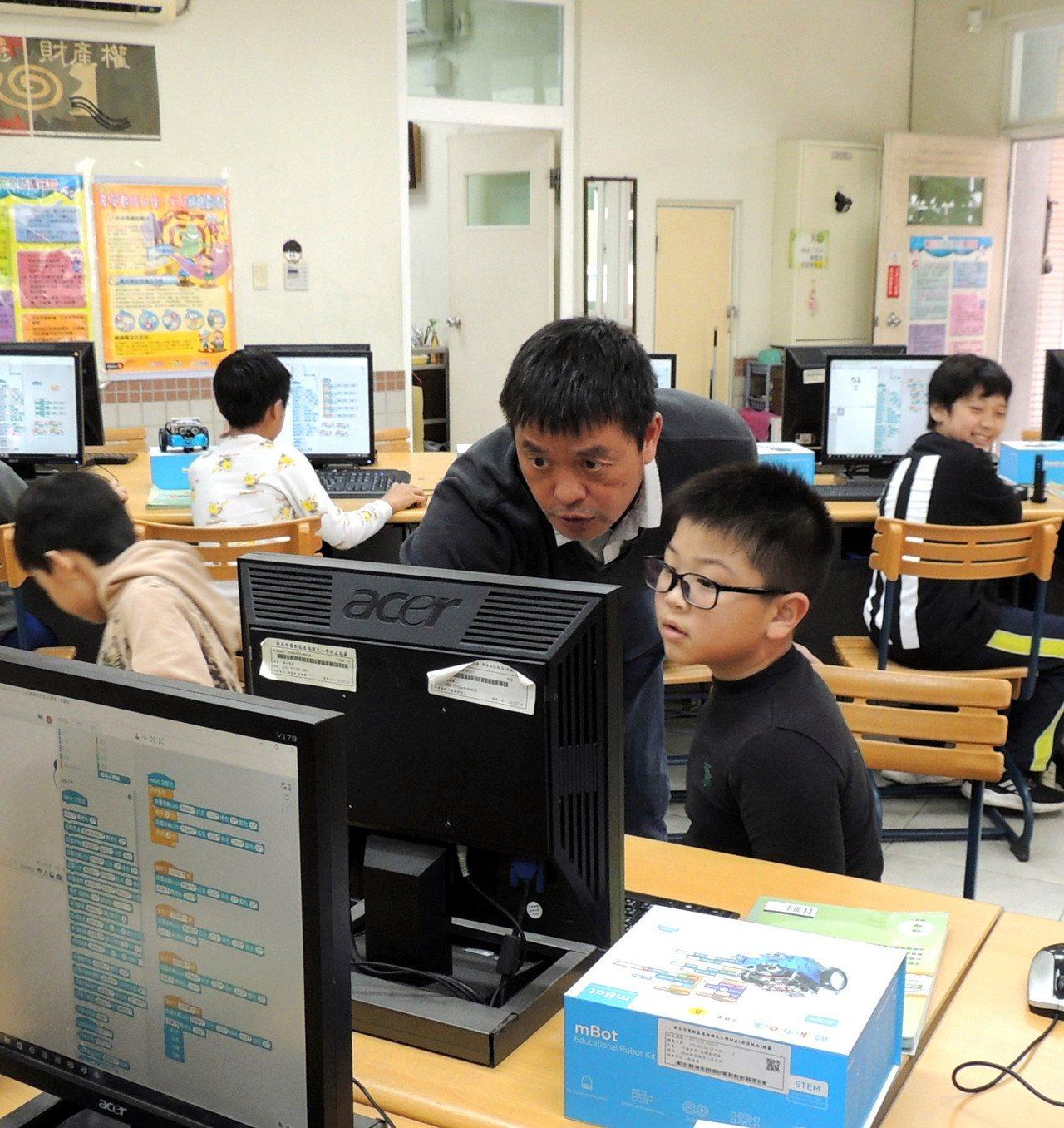 對於電腦教學,呂聰賢充滿熱忱,因此引發學生興趣。圖/教育部提供