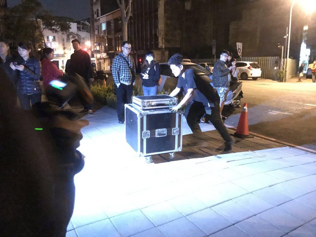 小倆口半夜在台南美術館一館彩排。記者黃保慧/攝影