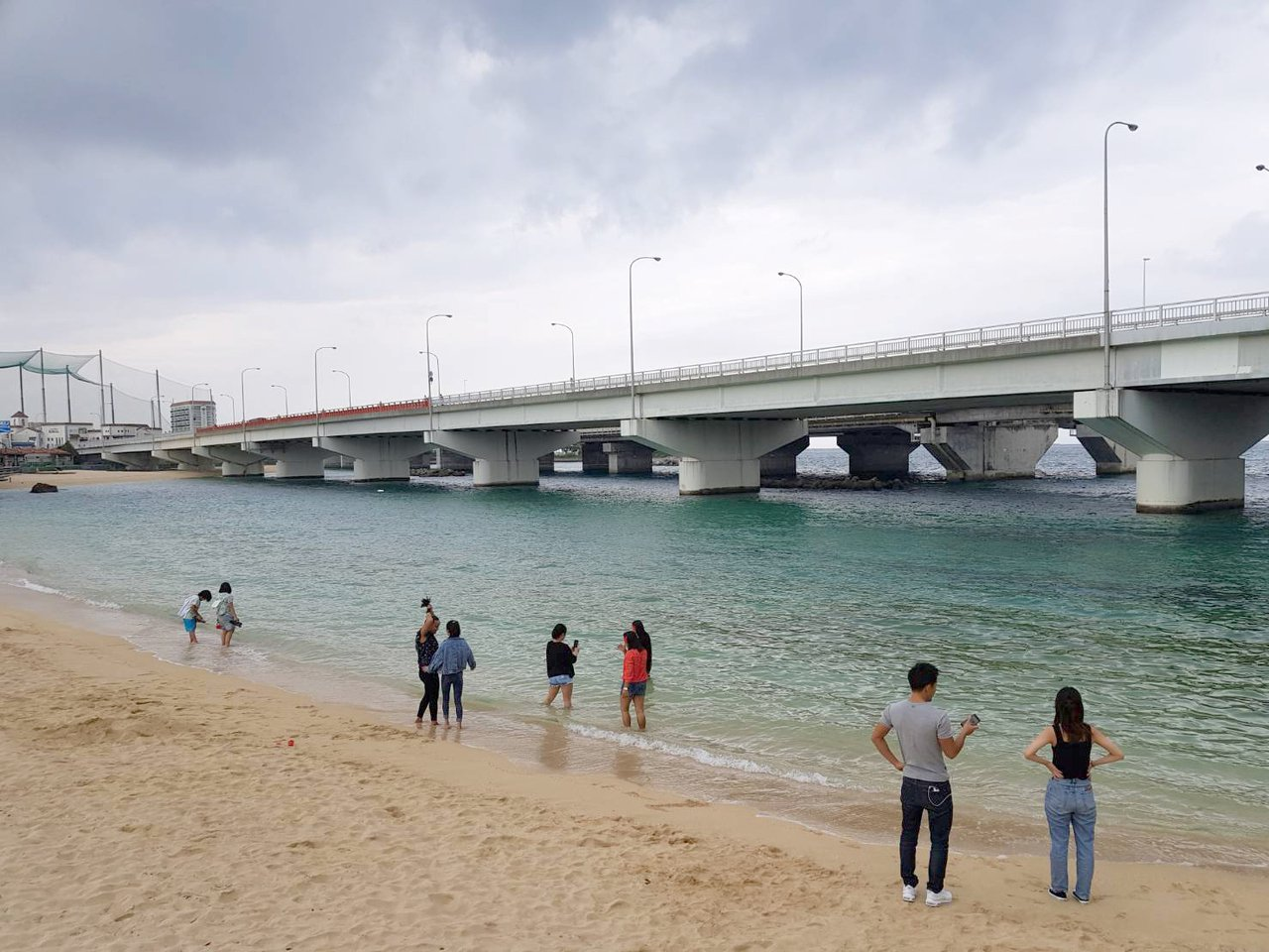 波上宮旁的沙灘,可以讓人散步、戲水。記者陳睿中/攝影