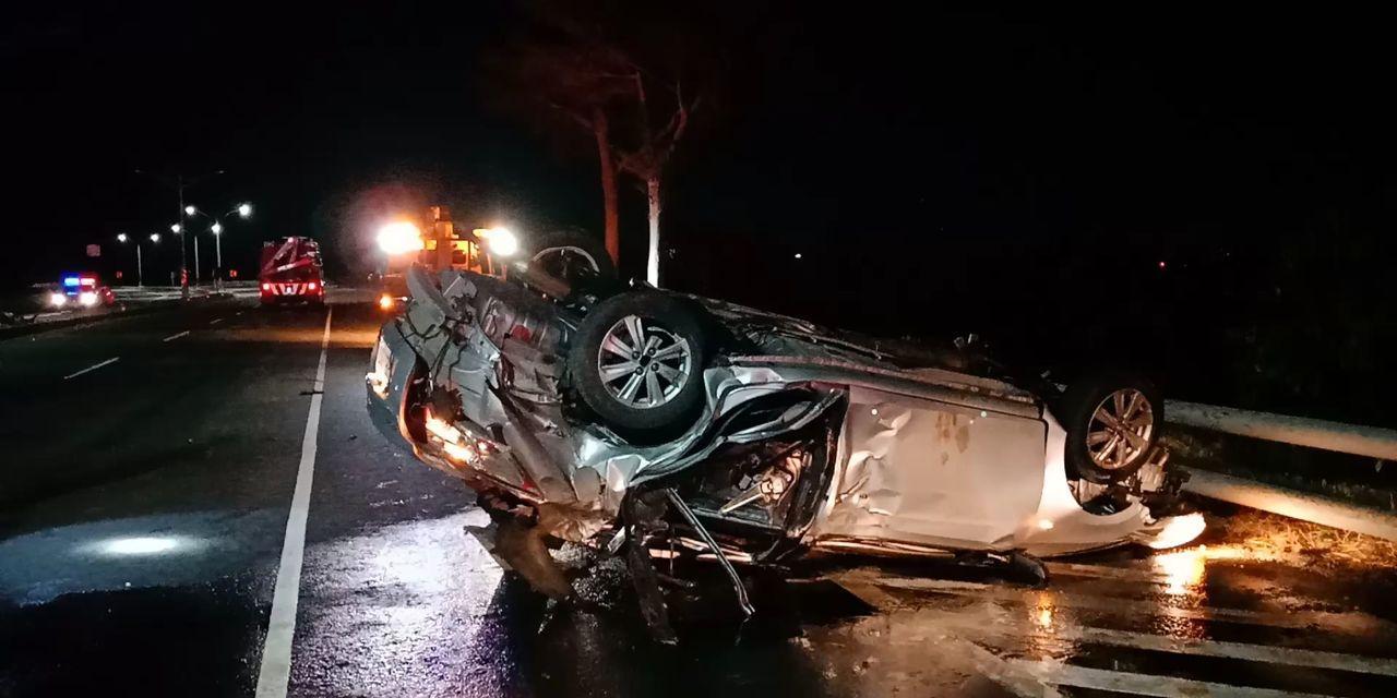 台東市中華大橋北上路段今天晚上9點20分,一輛自小客車疑因車速過快,失控衝撞安全...