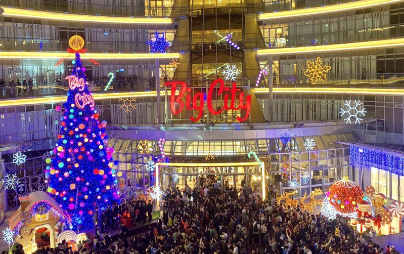 新竹人引頸期盼的巨城聖誕樹,16晚間舉行點燈儀式。業者/提供
