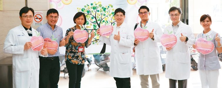 高雄市七賢脊椎外科院長黃旭霖(右一)及其團隊。 圖╱七賢脊椎外科醫院提供