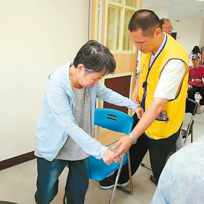 許弘煒(右)陪著失智長輩每日進步,是他當志工最大的成就感。