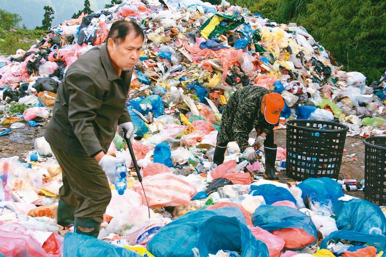 玉山塔塔加遊憩區每月產生3公噸的垃圾,由於民眾不落實分類,清潔人員必須一一破袋重...