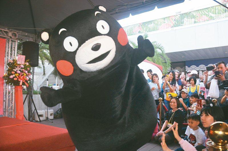 日本議員抗少子化,竟將腦筋動到熊本熊身上。圖為2019年「熊本縣物產展in基隆」熊本熊舞台演出。 記者游明煌/攝影