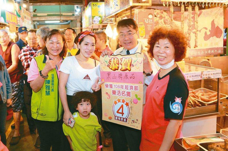 台南市長黃偉哲(右二)昨早到佳里市場尋訪美食。 圖/市府提供